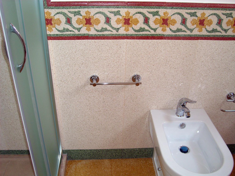 rivestimento bagno graniglia decoro